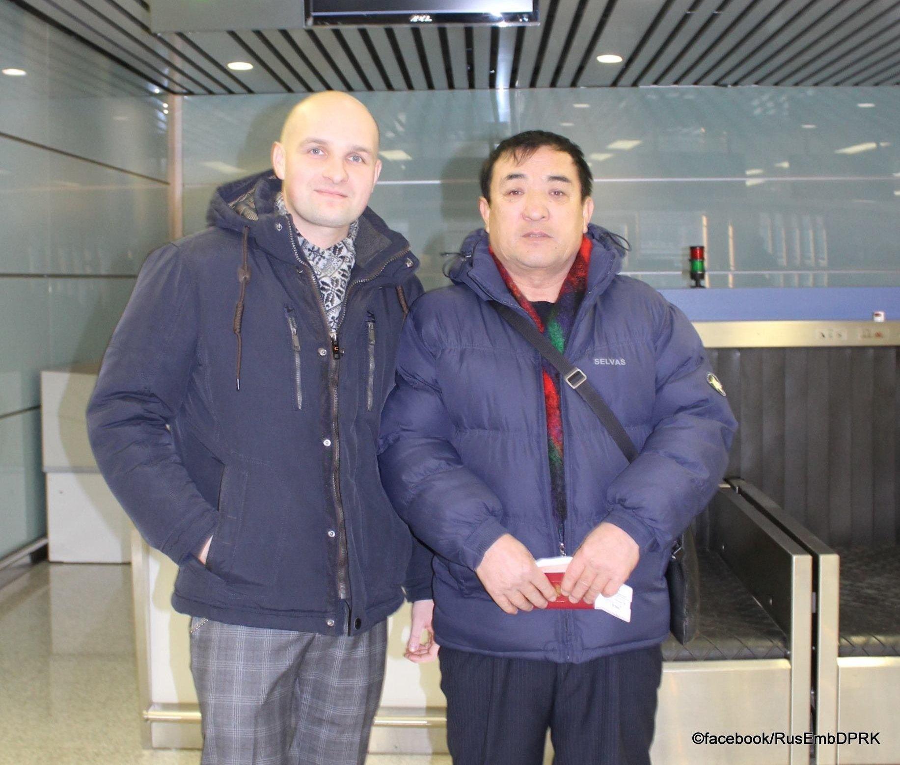 Vladimir Li (à direita), o único cidadão russo na Coreia do Norte, e o chefe da divisão consular russa na Coreia do Norte (à esquerda)