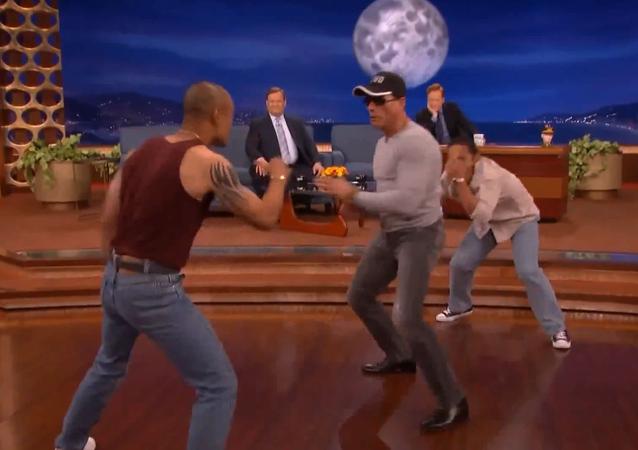 Van Damme revive famosa dancinha de Kickboxer em programa de TV