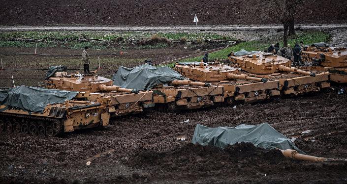 Tanques turcos Leopard 2A4, de produção alemã, na fronteira entre a Turquia e a Síria, 25 de janeiro de 2018