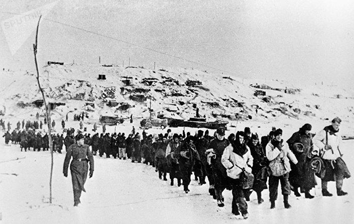 Soldados alemães perto de Stalingrado após se terem rendido