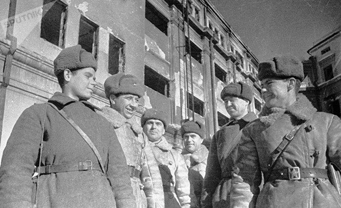 Soldados e oficiais soviéticos que capturaram em Stalingrado o quartel-general do comandante do 6º Exército, Friedrich Paulus