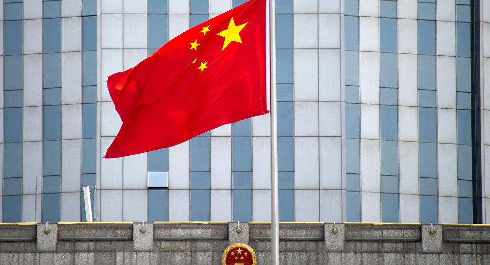 Bandeira da China em frente a um prédio em Xangai