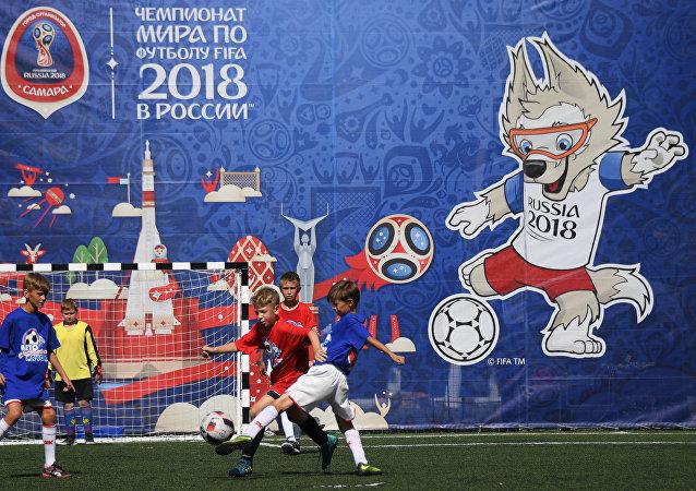 Crianças jogando futebol em Samara