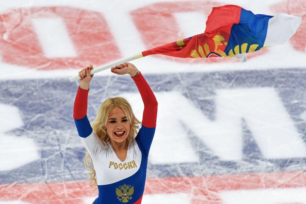 Animadora de torcida durante um jogo amistoso entre as seleções russa e bielorrussa de hóquei no gelo