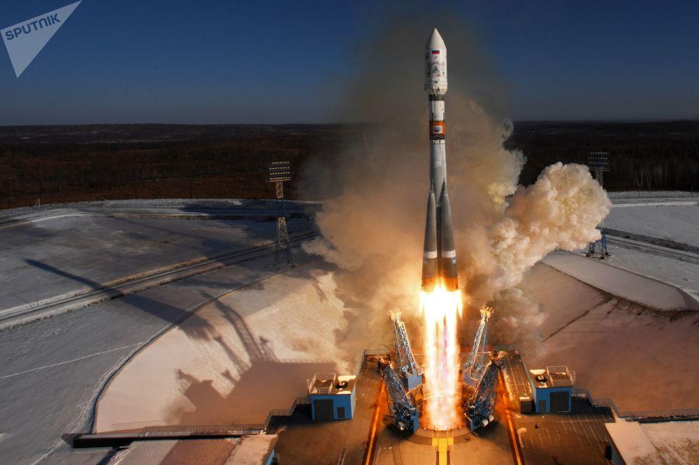 Lançamento do foguete portador Soyuz-2.1a transportando aparelhos de sondagem da Terra Kanopus-V e 9 aparelhos espaciais comerciais no cosmódromo Vostochny