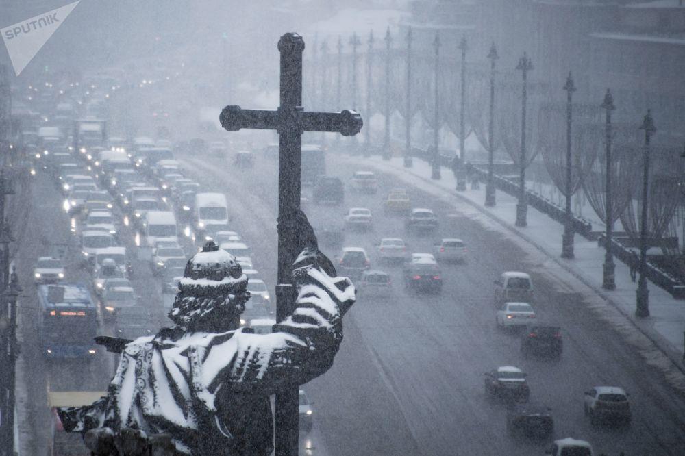 Vista da Biblioteca Estatal da Rússia sobre o monumento do santo Vladimir I de Kiev e a Grande Ponte de Pedra em Moscou