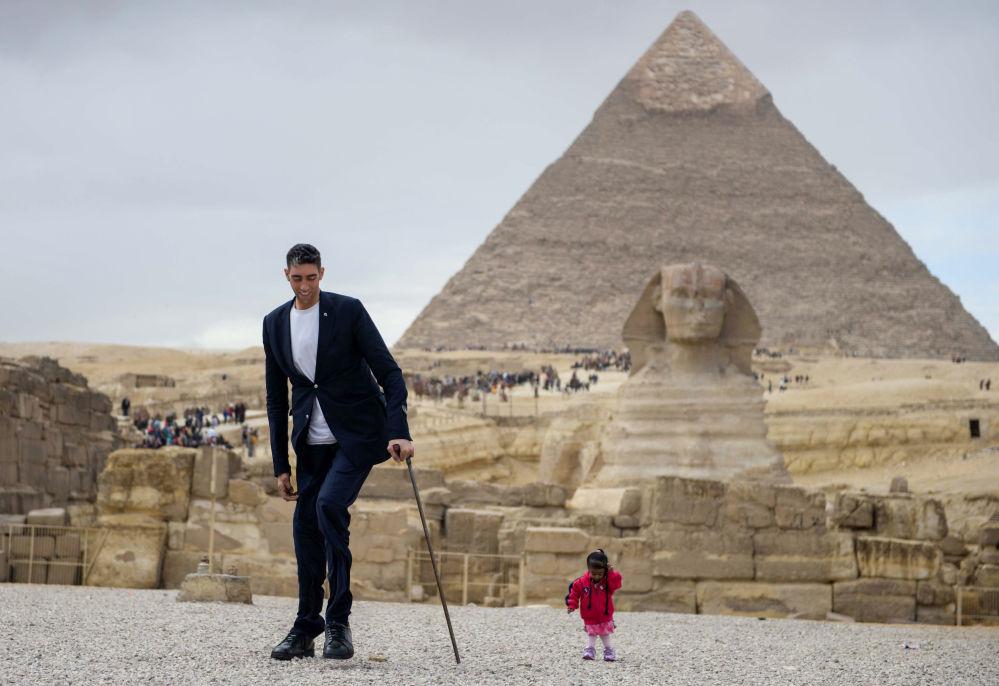 Homem mais alto do planeta, o indiano Sultan Kosen, e a mulher mais baixa do planeta, a turca Jyoti Amge, perto das Pirâmides de Gizé, no Egito