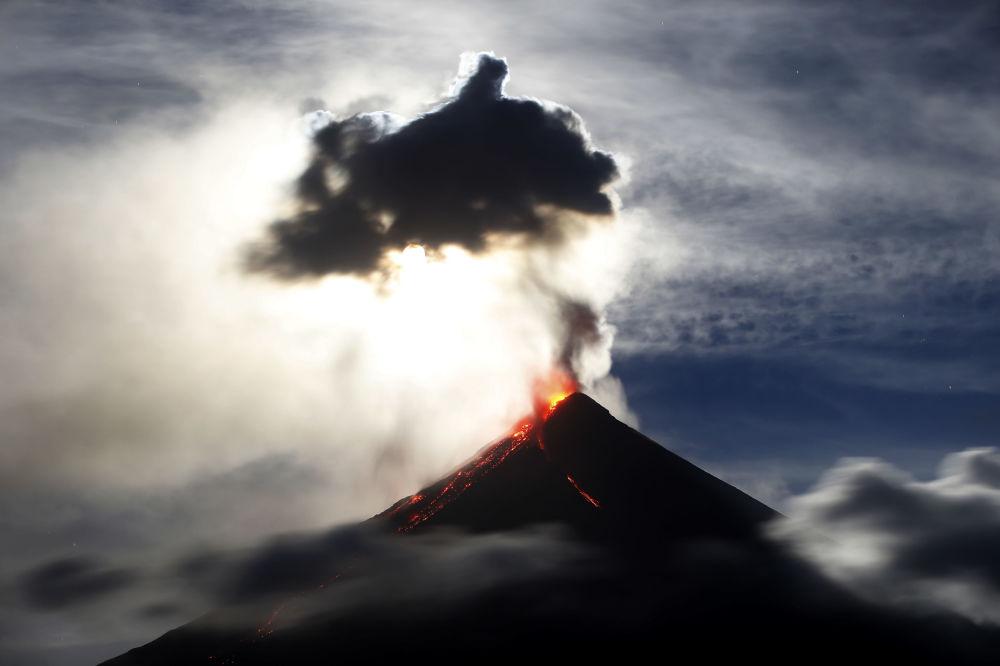 Superlua azul de sangue aparece encoberta por uma nuvem de pó expelido pelo vulcão Mayon, nas Filipinas