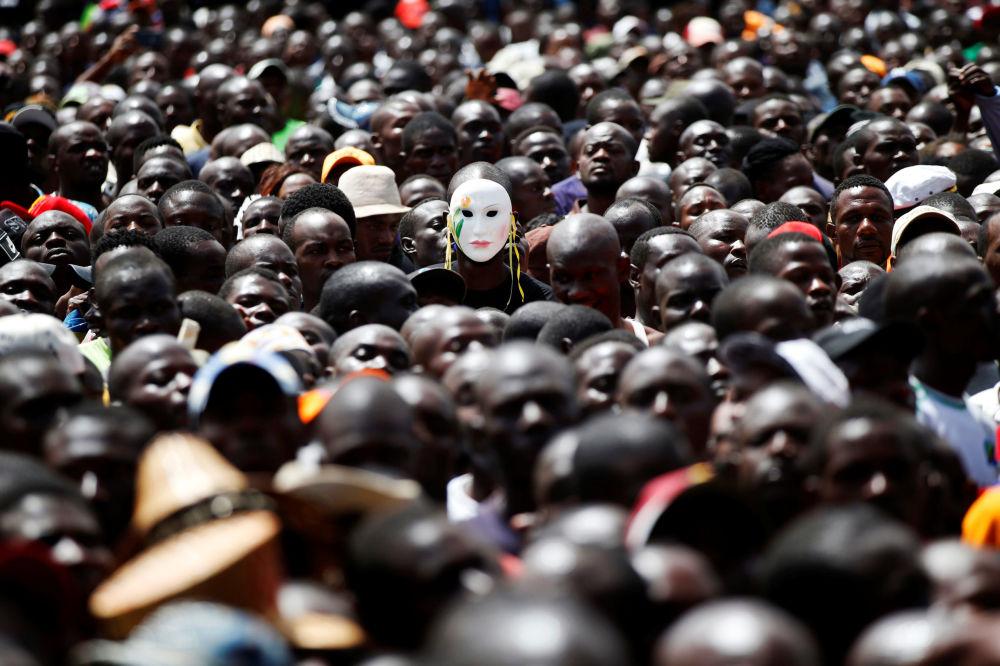 Apoiantes do líder da oposição queniana, Raila Odinga, saem às ruas enquanto o político toma posse em Nairobi