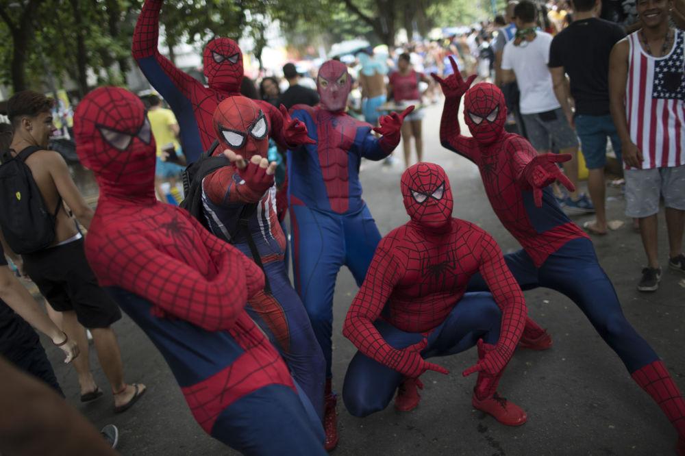 Pessoas vestidas de Homem-Aranha durante o bloco Desliga da Justiça, no Rio de Janeiro, nas vésperas do Carnaval