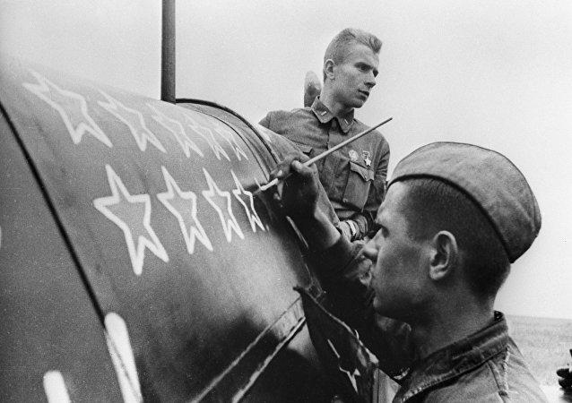 Soldado soviético pinta mais estrela para cada avião derrubado durante a Batalha de Stalingrado, durante a Segunda Guerra Mundial