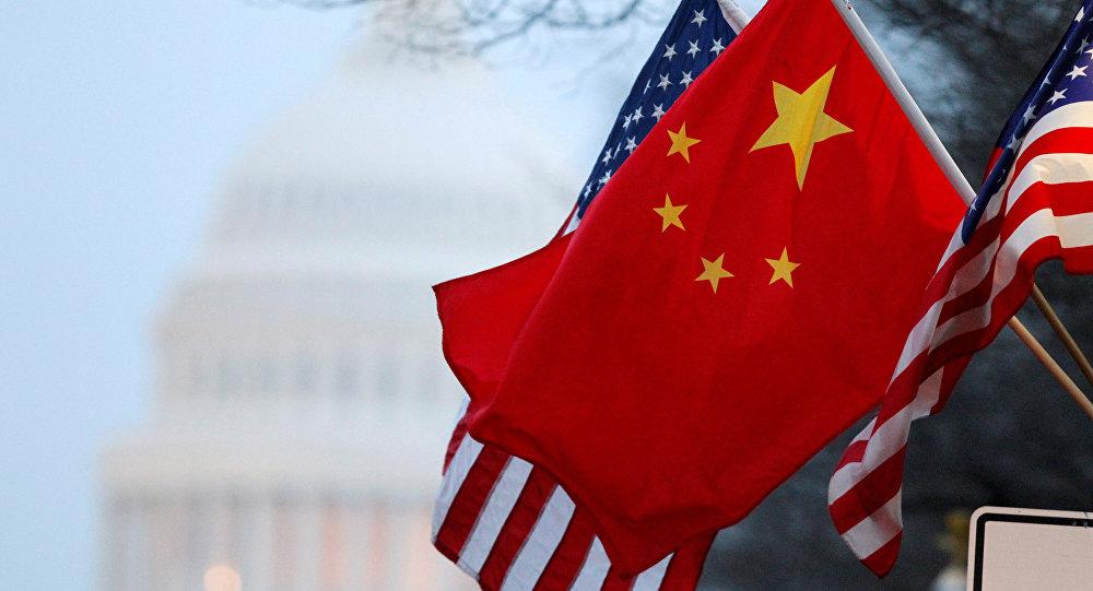 A bandeira da República Popular da China e as Estrelas e Listras dos Estados Unidos tremulam pela Avenida da Pensilvânia, perto do Capitólio dos EUA, durante a visita de Estado do presidente chinês, Hu Jintao em 18 de janeiro de 2011 (foto de arquivo).