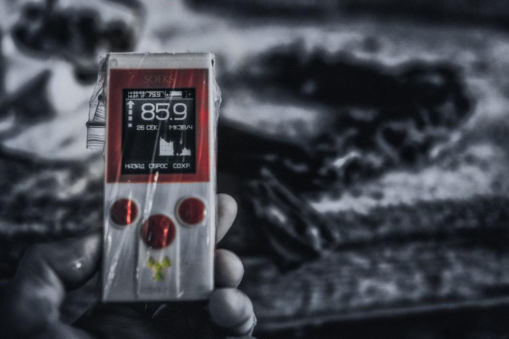 Dosímetro mostrando alto nível de radiação