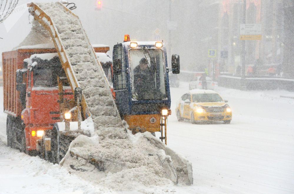 Máquina de remoção de neve limpa as consequências da nevada em Moscou