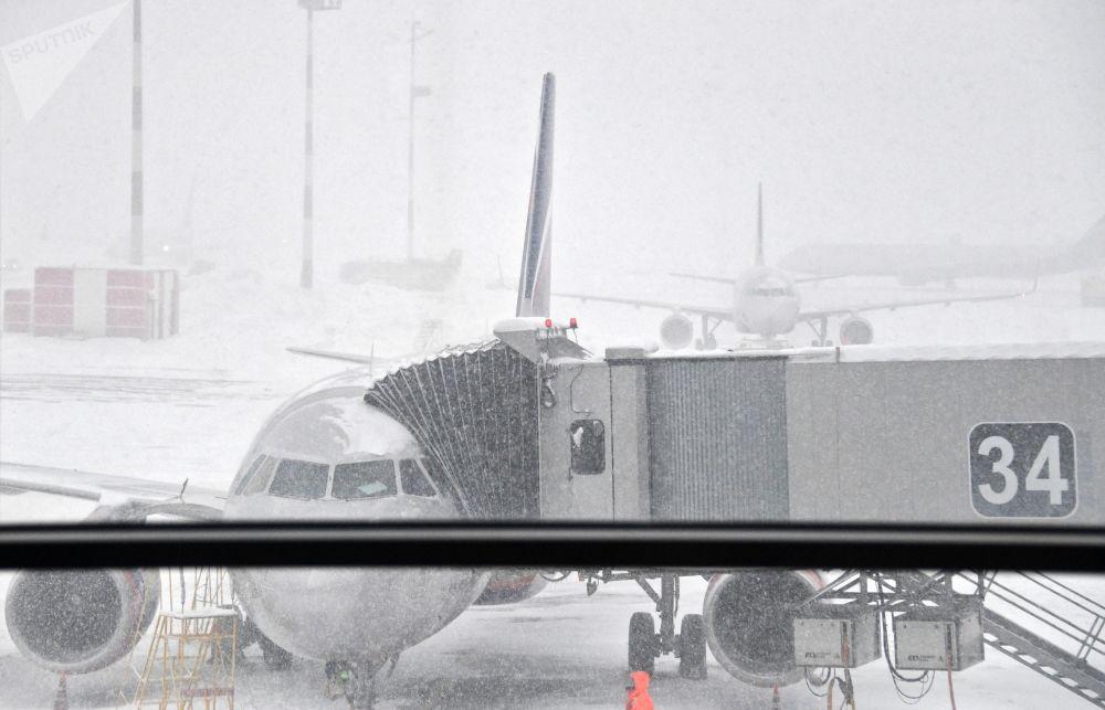 Aviões esperam fim da nevada para continuar seus voos no aeroporto de Sheremetievo, nos arredores de Moscou