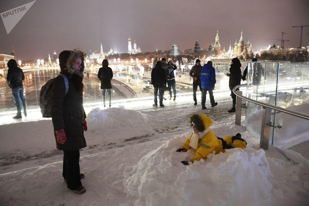 Nevada trouxe muita neve para o parque Zaryadie, localizado perto do Kremlin, onde moscovitas e outras pessoas aproveitam os fins de semana