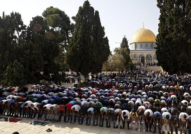 Palestinos rezando na mesquita Al-Aqsa na Cidade Velha de Jerusalém