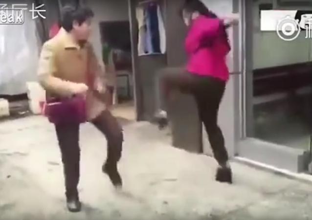 Duas mulheres chinesas se enfrentam em um tipo muito estranho de kung fu