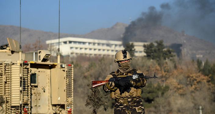 Soldado das forças de segurança afegãs durante os confrontos entre homens armados e forças de segurança em Cabul