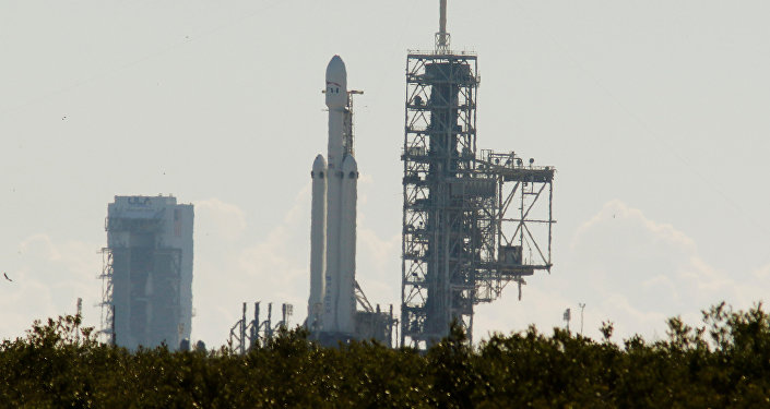O primeiro Falcon Heavy da SpaceX prepara-se para decolar da plataforma de lançamento 39A no Centro Espacial Kennedy na Flórida, EUA.