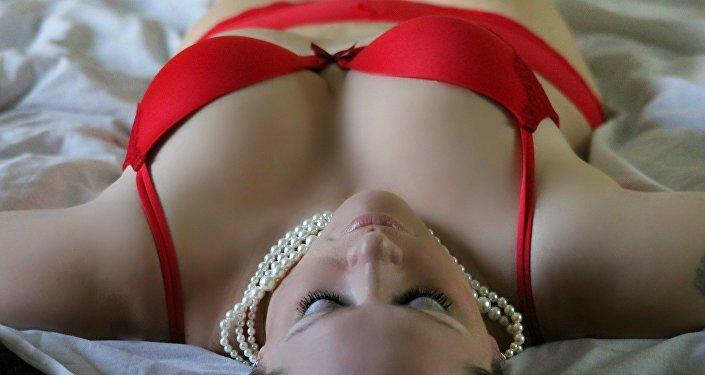 Uma mulher em lingerie sensual, imagem referencial