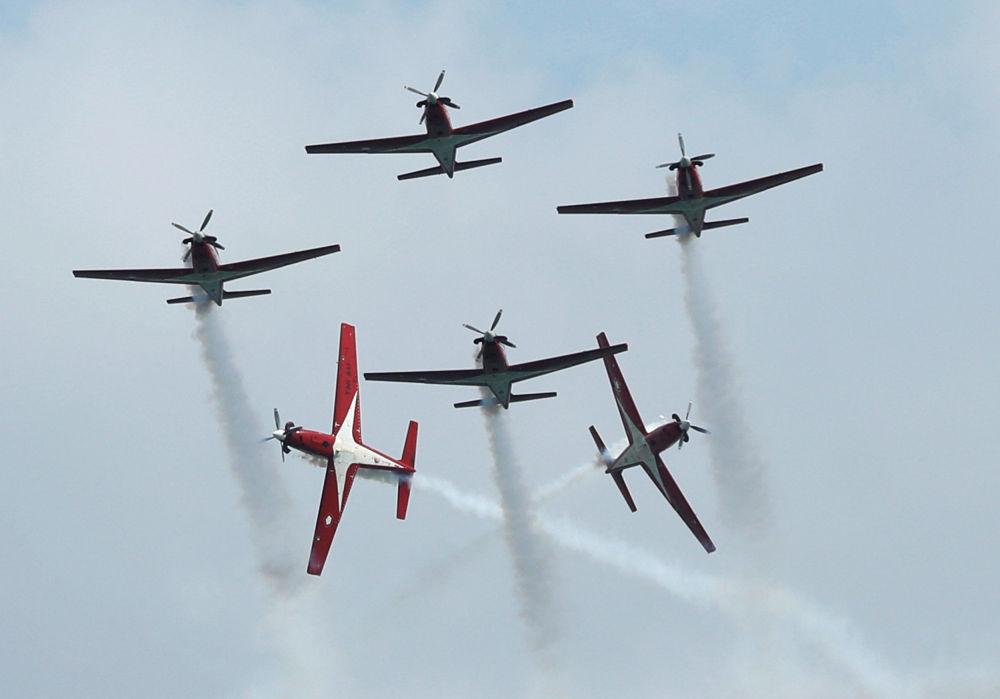 Grupo de acrobacia aérea da Indonésia no show aéreo de Singapura