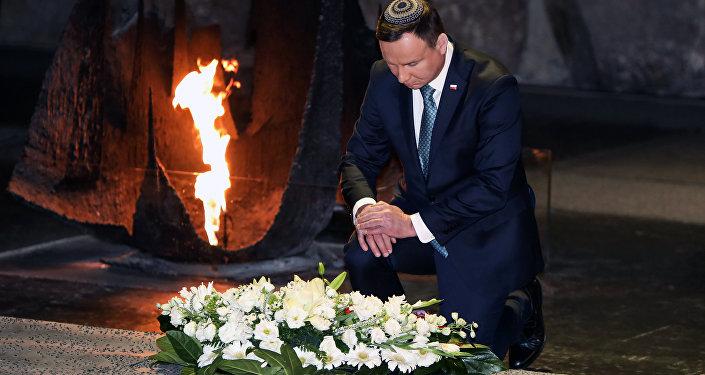Presidente polonês, Andrzej Duda, depositando uma coroa de flores na Parede dos Nomes durante visita ao Memorial do Holocausto Yad Vashem