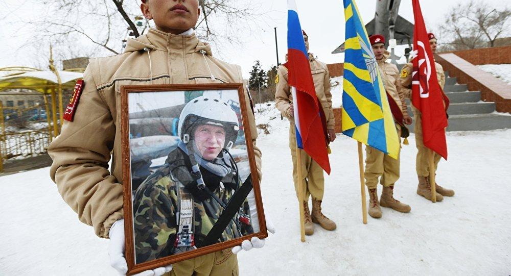 Um ativista jovem mostra foto de Roman Filipov durante ação em sua homenagem em 8 de fevereiro de 2018 em Chita