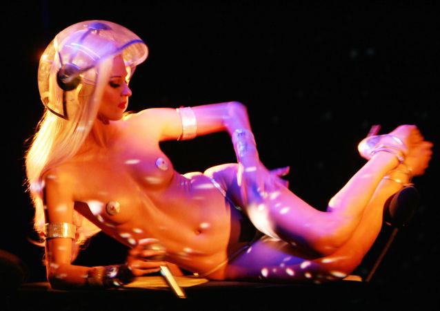 Dançarina do cabaré de Paris Crazy Horse durante o show Forever Crazy dedicado a seu fundador Alain Bernardin