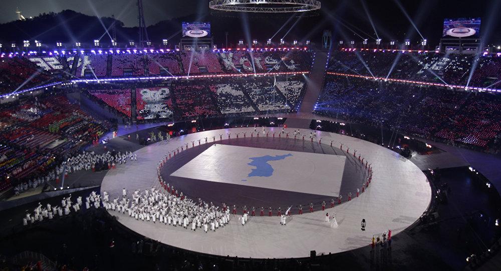 Atletas da Coreia do Sul e da Coreia do Norte caminham juntos durante a Cerimônia de Abertura dos Jogos Olímpicos de Inverno de 2018
