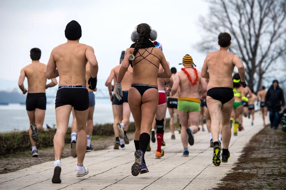 Participantes de corrida em cuecas na Sérvia