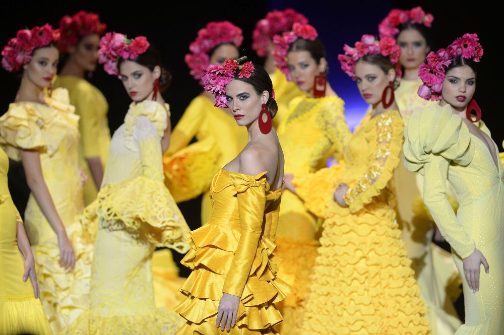 Modelos durante o desfile de moda flamenco em Sevilha, Espanha