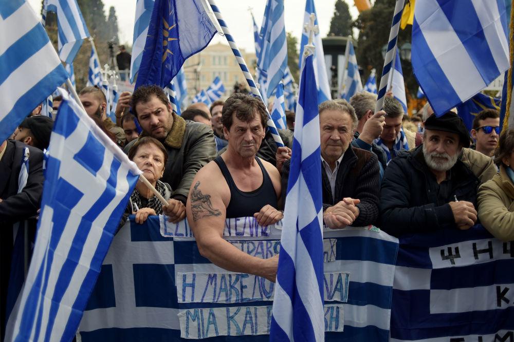 Manifestantes com bandeiras nacionais gregas em Atenas