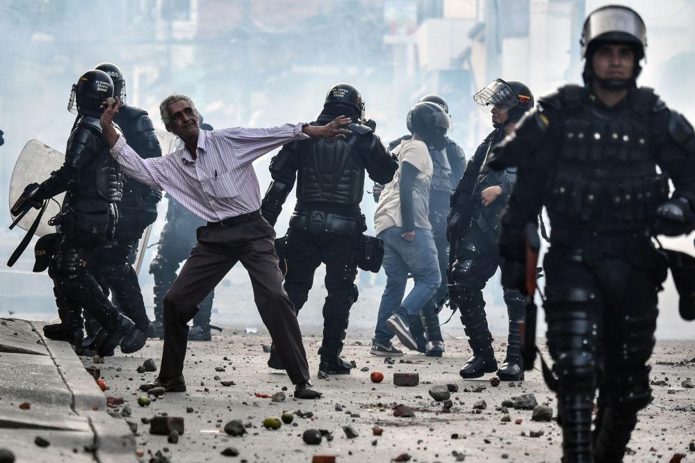 Manifestantes contra o candidato presidencial da FARC, Rodrigo Londoño Echeverri, conhecido como Timochenko