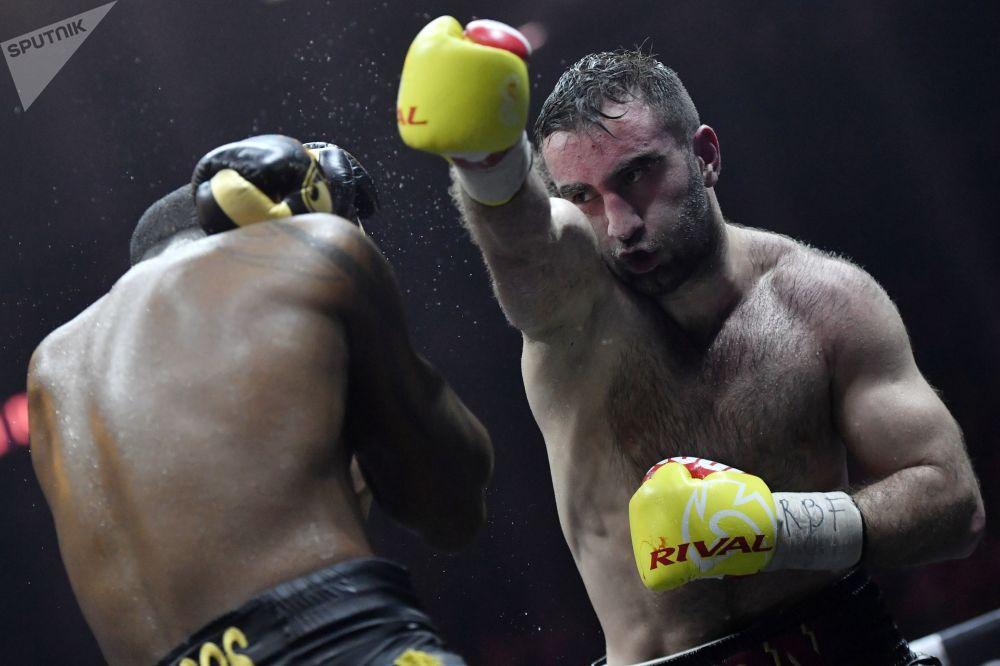 Boxeador russo Murat Gassiev com o adversário cubano Yunier Dorticós durante a semifinal do World Boxing Super Series