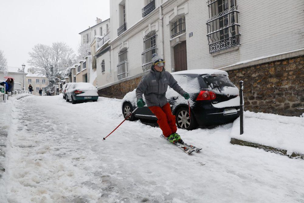 Homem esquia nas ruas de Paris