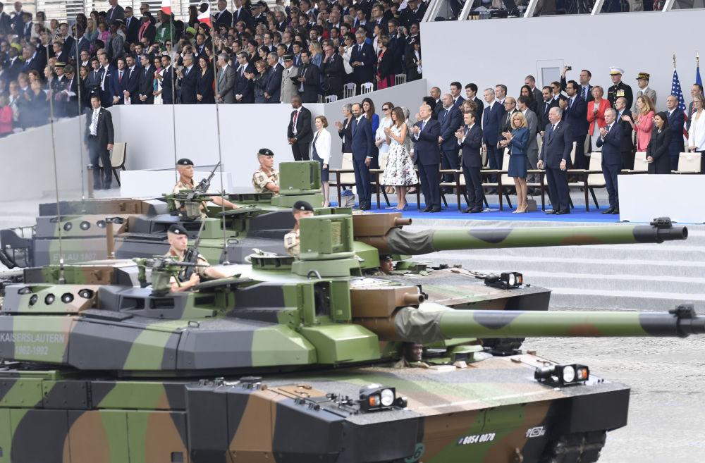 Presidente dos EUA, Donald Trump, presidente da França, Emmanuel Macron, e primeiras-damas, Melania Trump e Brigitte Macron, durante parada militar do Dia da Bastilha em Paris