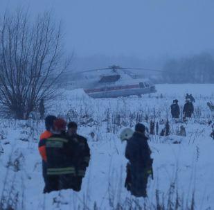 Socorristas atuando no local do acidente com An-148