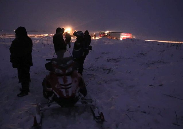 Socorristas usam motoneves para poderem chegar ao local da operação de busca e resgate