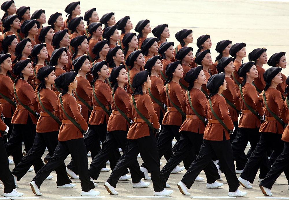 Mulheres milicianas desfilam durante parada militar em Hanói, Vietnã