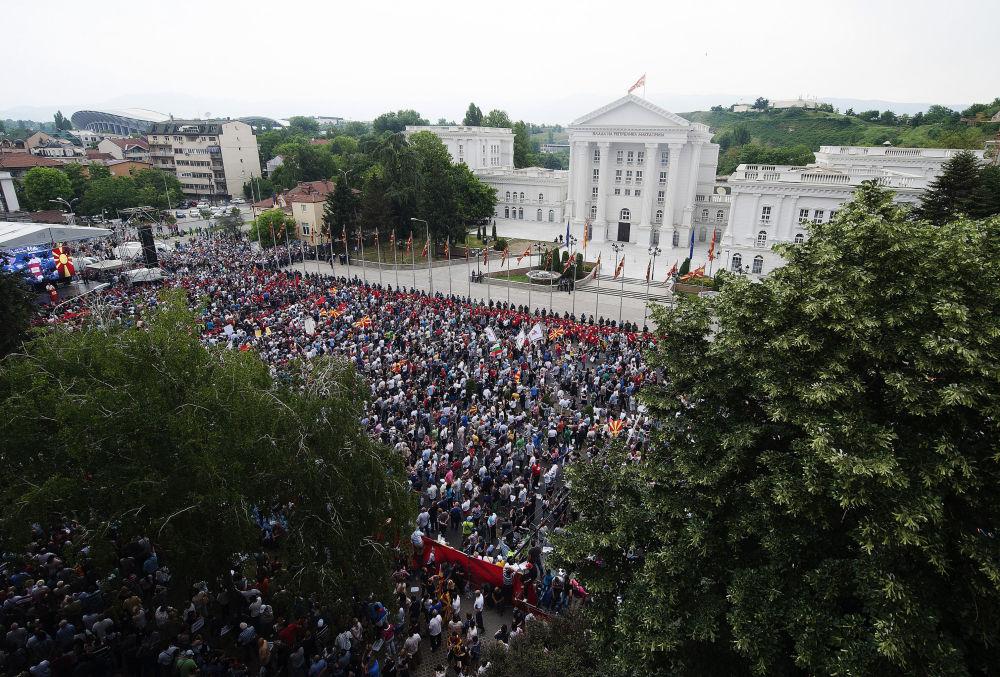 Os manifestantes em frente do prédio do Governo da Macedônia.
