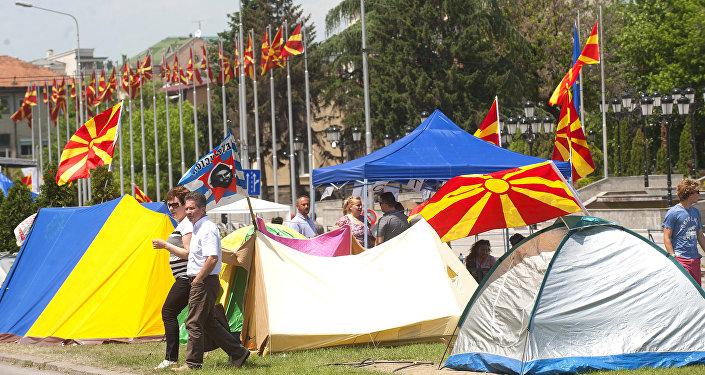 Tendas de manifestantes durante protesto antigovernamental em Skopje.