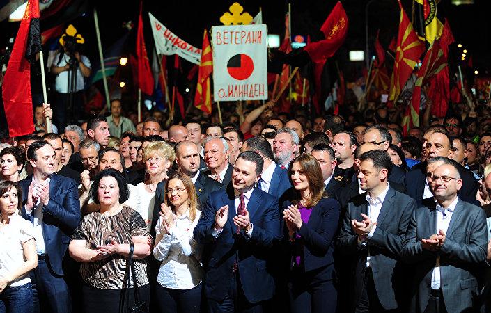 Além de manifestações contra o governo, houve também eventos a favor do governo. Cerca de 30 mil pessoas reuniram-se em 18 de maio em Skopje para expressar o seu apoio ao primeiro-ministro da Macedônia, Nikola Gruevski (centro).