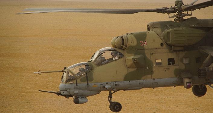 Helicóptero militar russo em zona deserta da província de Deir ez-Zor, Síria