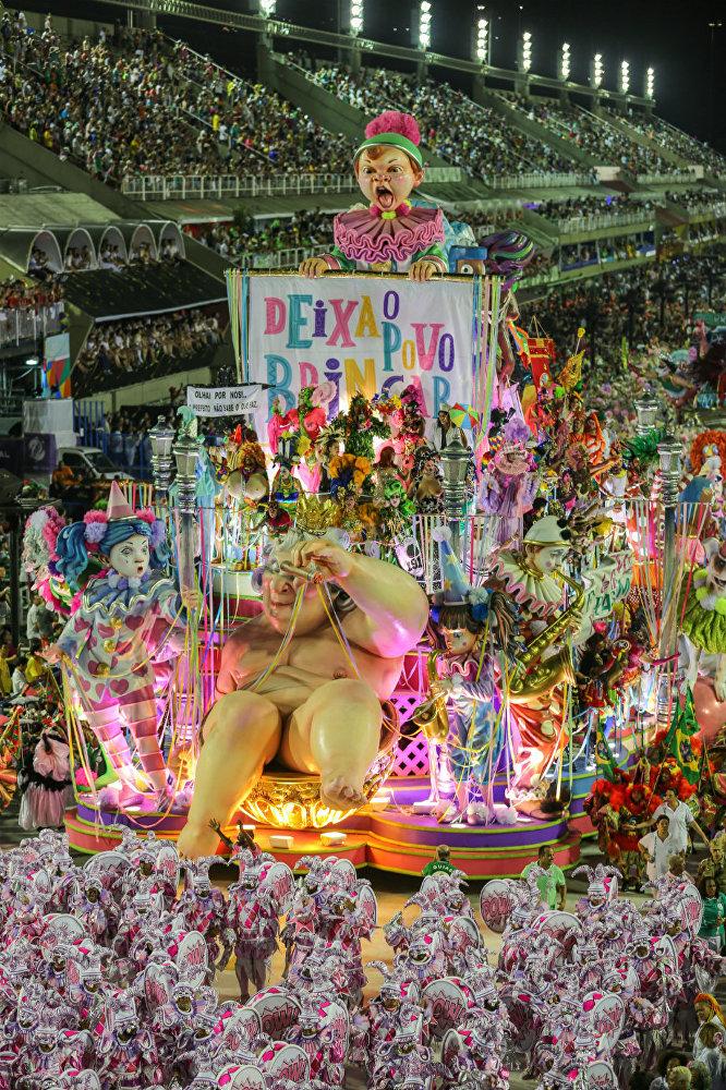 Mangueira levou para a Sapucaí o enredo Com dinheiro ou sem dinheiro eu brinco, em uma crítica direta ao atual prefeito do Rio
