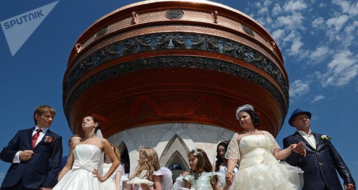 Recém-casados perto do Centro de Família Kazan