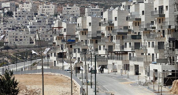 Uma foto tirada em 14 de abril de 2016 mostra uma visão parcial do assentamento israelense de Givat Zeev, perto da cidade de Ramallah, na Cisjordânia