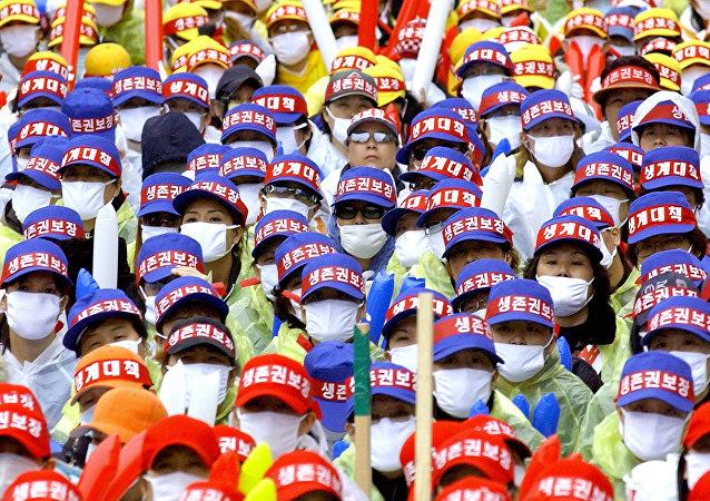 Prostitutas sul-coreanas com bonés e máscaras para não ser identificadas perto da Assembleia Nacional em Seul (foto de arquivo)