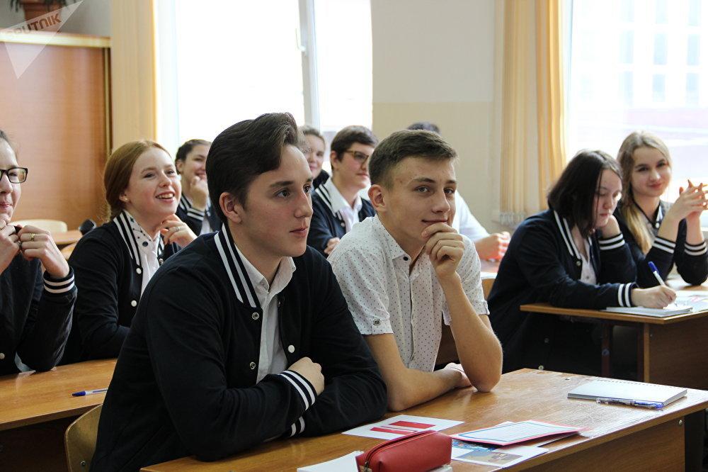 Alunos atendem uma aula aberta dos finalistas do concurso Líderes da Rússia, em Sochi