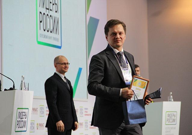 Denis Dyomin, funcionário da empresa Gazprom, de São Petersburgo, recebe título de vencedor do concurso Líderes da Rússia